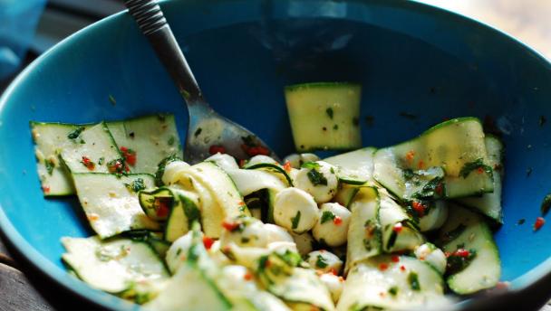 recept voor courgette salade met rode peper